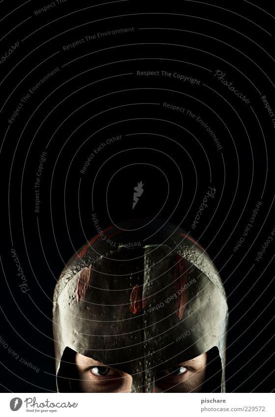 kleiner feigling maskulin Mann Erwachsene Kopf Helm beobachten Blick bedrohlich dunkel Angst Krieg verstecken Feigheit Farbfoto Studioaufnahme Textfreiraum oben