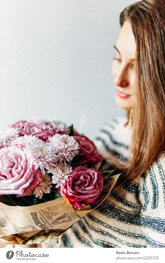 Schönes Mädchen und lila Rosen Blumenstrauß Geschenk Lifestyle elegant Freude schön Dekoration & Verzierung Feste & Feiern Hochzeit Geburtstag Mensch feminin