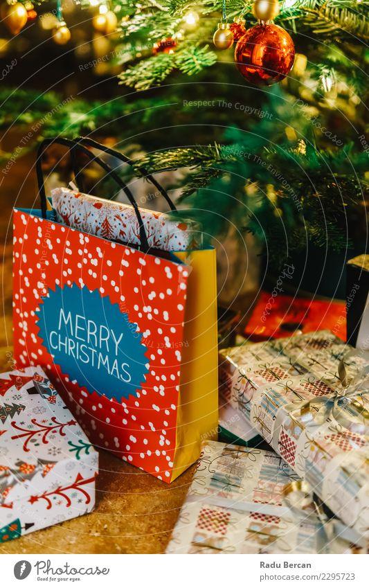 Bunte Weihnachtsbaum-Dekoration und Geschenke Weihnachten & Advent blau Farbe grün Baum rot Haus Winter Innenarchitektur Gefühle Glück Feste & Feiern