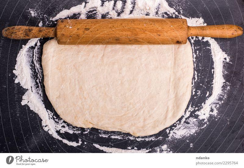 gerollter Teig von weißem Weizen flou Teigwaren Backwaren Brot Tisch Küche Holz frisch natürlich oben Nudelholz Hefe Hintergrund Vorbereitung Lebensmittel