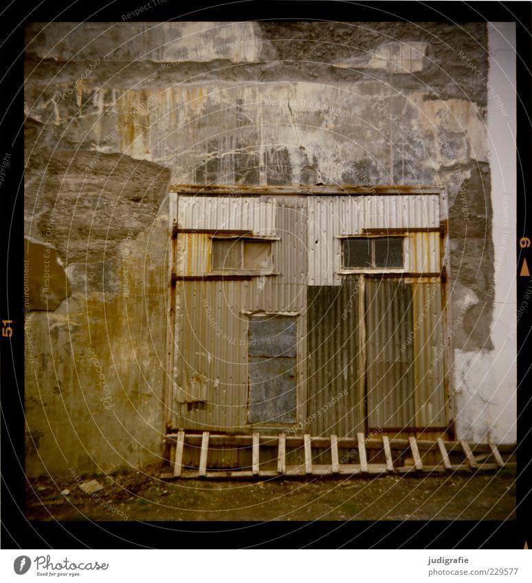 Island Djúpavík Haus Fabrik Ruine Bauwerk Gebäude Mauer Wand Fassade Tür alt trashig Verfall Vergangenheit Wandel & Veränderung Fischfabrik Wellblech Leiter