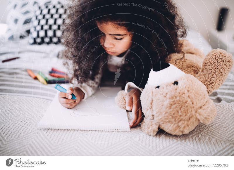 Kleines Mädchen macht Hausaufgaben im Bett zu Hause. Freude Glück schön Kind Schule Frau Erwachsene Kindheit Papier Lächeln träumen Fröhlichkeit klein niedlich