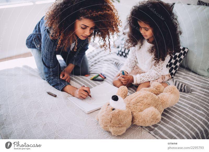 Afrikanische Mutter hilft Tochter bei Hausaufgaben Glück Kind Mensch Frau Erwachsene Eltern Familie & Verwandtschaft Kindheit Kunst Papier klein niedlich