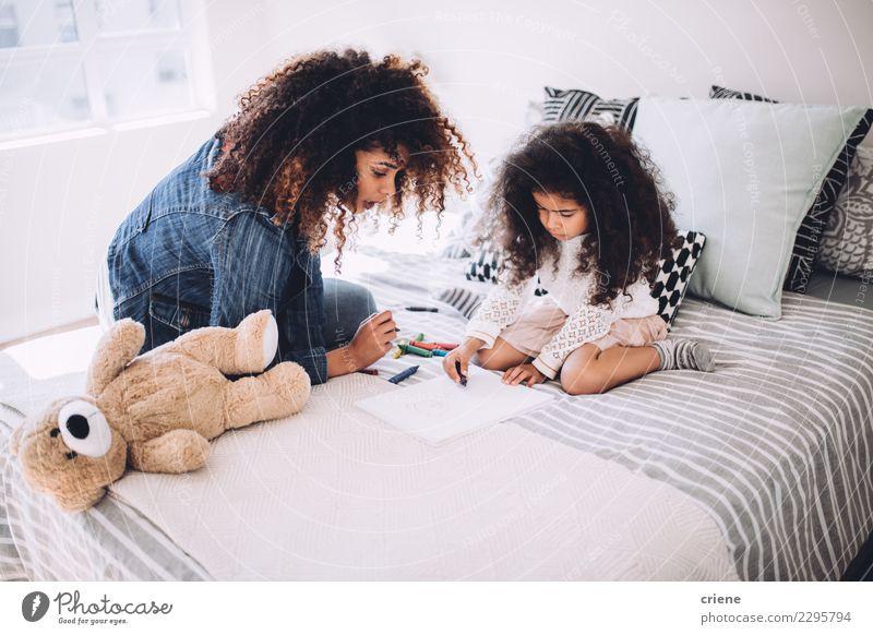 Afroamerikanische Mutter und Tochter, die zusammenkommen. Glück Kind Mensch Frau Erwachsene Eltern Familie & Verwandtschaft Kindheit Kunst Papier klein niedlich