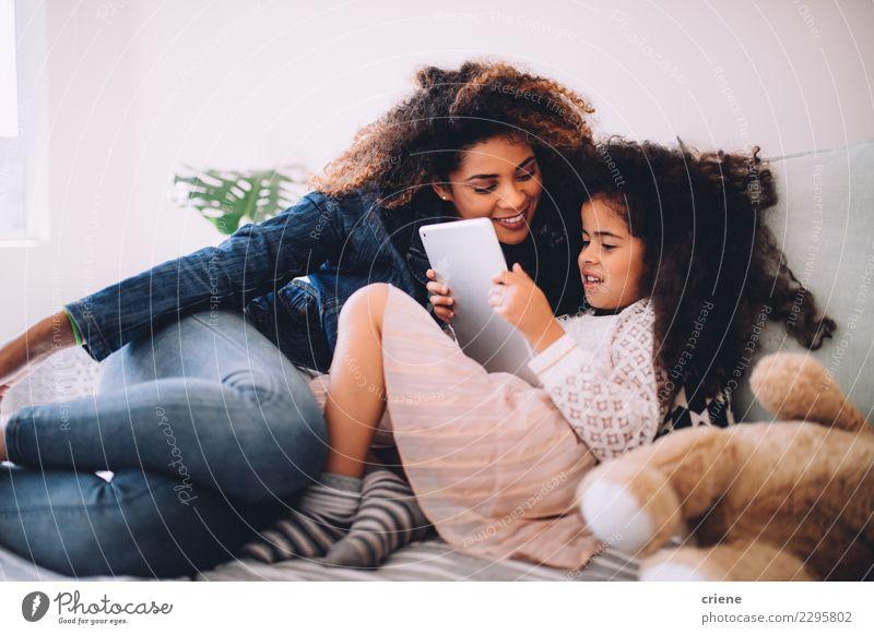 Kind Frau schön schwarz Erwachsene Familie & Verwandtschaft Glück Zusammensein Freizeit & Hobby Kindheit Technik & Technologie sitzen Lächeln Computer niedlich
