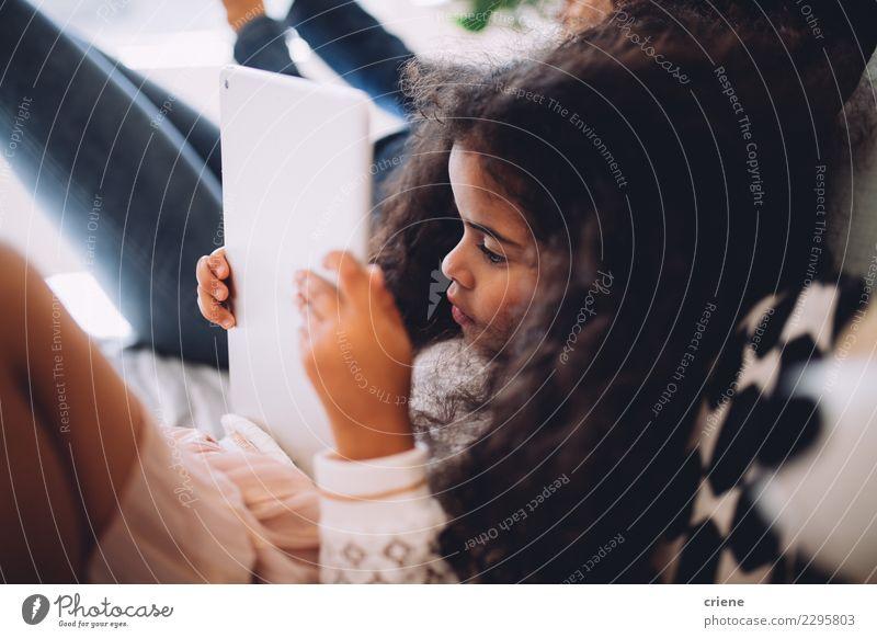 Kleines afrikanisches Mädchen mit digitalem Tablett zu Hause Glück schön Spielen Kind Schule Computer Technik & Technologie Internet Mensch Kindheit Lächeln