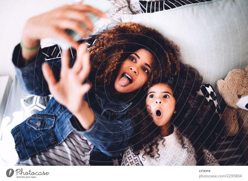 Kind Frau schön Freude schwarz Erwachsene Lifestyle Familie & Verwandtschaft Glück Zusammensein Lächeln Fotografie Grafik u. Illustration Telefon Mutter
