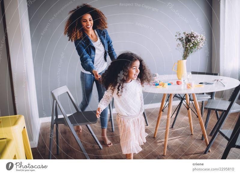 Mutter und Tochter haben Spaß zu Hause. Freude Glück Spielen Tisch Kindergarten Schule Frau Erwachsene Eltern Familie & Verwandtschaft Kindheit Papier