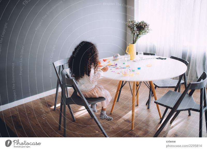 Kleines Mädchen, das den Spaß spielt mit Spielwaren auf Tabelle hat Freude Glück Spielen Tisch Kindergarten Schule Kindheit Papier Schreibstift Zusammensein
