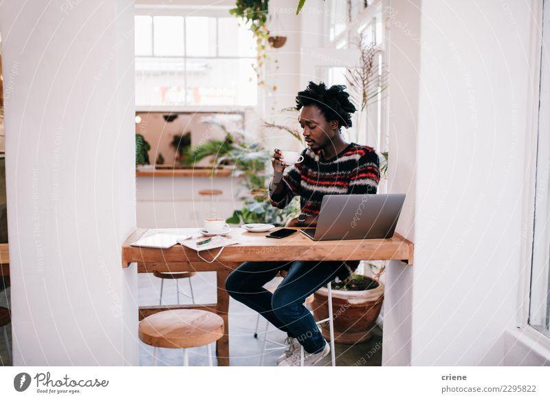 Mensch Mann Erwachsene Glück Business Arbeit & Erwerbstätigkeit modern Technik & Technologie Computer kaufen Kaffee Internet Restaurant Café Notebook digital