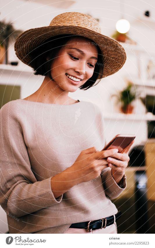 Asiatische SMS der jungen Frau Mitteilung mit Telefon Lifestyle Glück PDA Bildschirm Technik & Technologie Internet Mensch Erwachsene Hand Lächeln schwarz