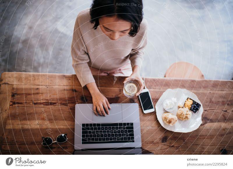 Frau Mensch schwarz Erwachsene Essen Lifestyle natürlich Business Arbeit & Erwerbstätigkeit Büro sitzen Tisch Computer Kaffee Frühstück heimwärts