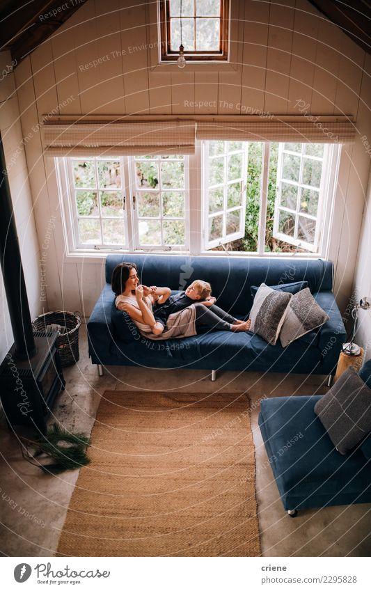 Kind Frau Haus Freude Erwachsene Lifestyle Liebe Familie & Verwandtschaft Junge klein Glück Zusammensein Kindheit Lächeln Fröhlichkeit Mutter