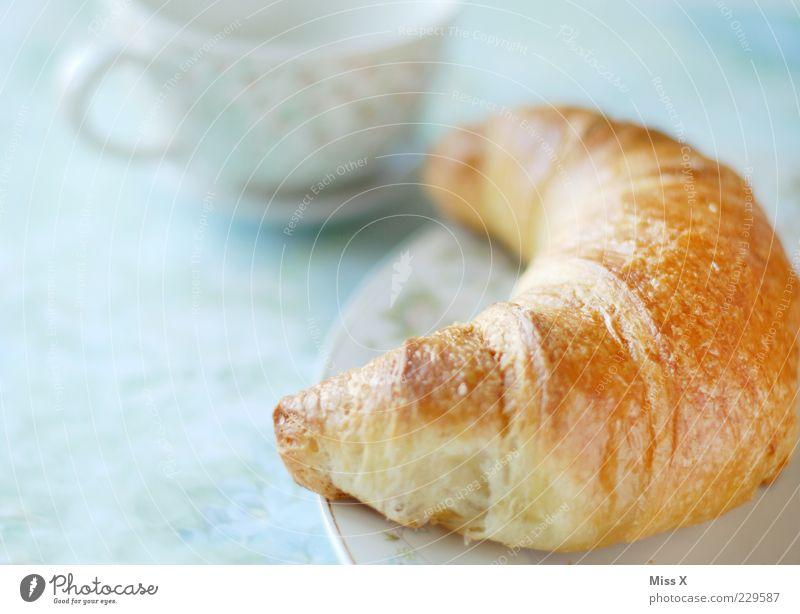 Croissant ohne Ananasmarmelade Ernährung hell Lebensmittel Tisch süß weich lecker Frühstück Tasse Teller Mahlzeit Backwaren Teigwaren Snack Licht