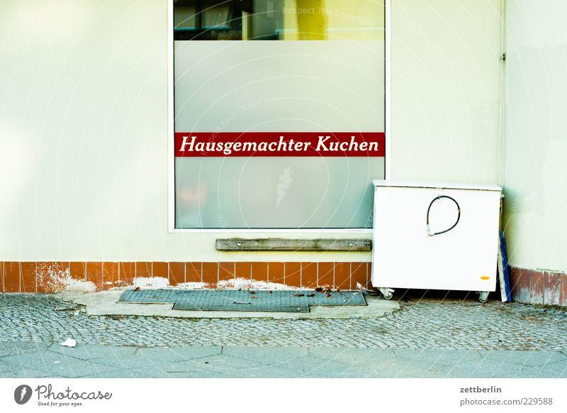 Hausgemachter Kuchen Lebensmittel Ernährung Fassade Schöneberg laden Bäcker Schaufenster Farbfoto Außenaufnahme Tag Licht Autofenster Pflastersteine