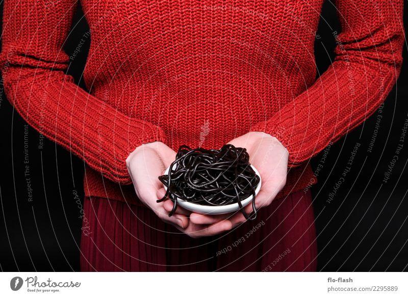 Penne Liquirizia I Frau Mensch Jugendliche Junge Frau rot ruhig Freude Winter schwarz Erwachsene Leben Lifestyle Gesundheit feminin Stil Lebensmittel
