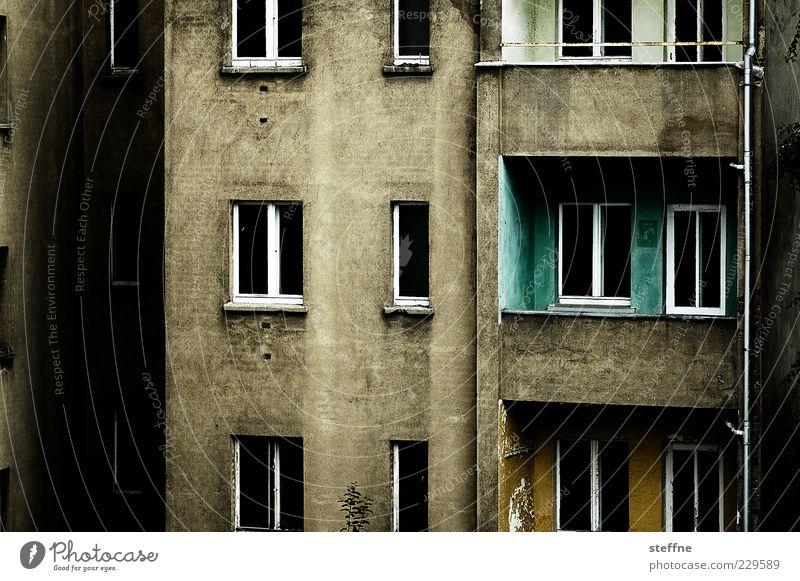 Schlafzimmerblick Haus Bauwerk Gebäude Fassade Balkon Fenster Stadt Unbewohnt trist dunkel Beton Farbfoto Außenaufnahme Kontrast Fensterfront verwittert