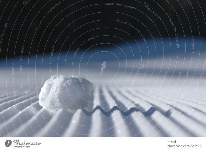 Zick Zack Natur blau weiß Winter schwarz Einsamkeit kalt Schnee klein elegant liegen ästhetisch Perspektive außergewöhnlich fest berühren