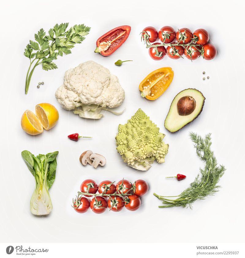 Frisches Gemüse flat lay Lebensmittel Ernährung Bioprodukte Vegetarische Ernährung Diät Stil Design Entwurf Vegane Ernährung Vor hellem Hintergrund