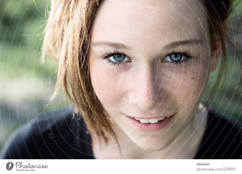 Schau her! Mensch Natur Jugendliche schön Freude Gesicht feminin Gefühle Glück lachen Denken Zufriedenheit Haut natürlich Fröhlichkeit