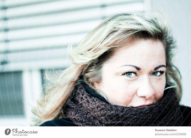Suse Jugendliche grün Winter Erwachsene Gesicht kalt Wand Kopf Haare & Frisuren blond Wind Freundlichkeit 18-30 Jahre Lächeln Locken Wachsamkeit