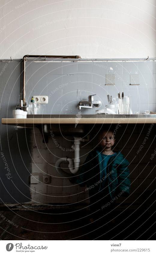 second view Kind Kleinkind Mädchen 1 Mensch 1-3 Jahre Mauer Wand Stein Linie Streifen beobachten entdecken Lächeln alt ästhetisch authentisch dunkel einfach