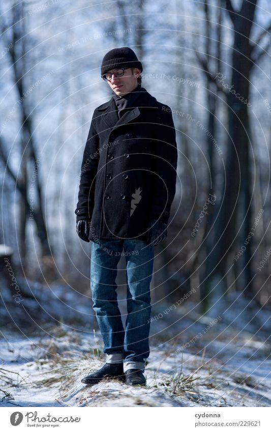 Standbild Mensch Natur Jugendliche Baum Winter Einsamkeit ruhig Erwachsene Wald Ferne Erholung Umwelt Leben Schnee Freiheit Wege & Pfade