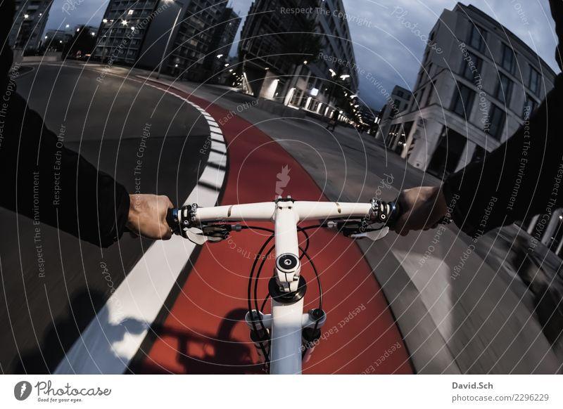 Radfahrer-Egoperspektive Mensch Mann Hand Straße Erwachsene Sport Bewegung Gebäude Freizeit & Hobby maskulin Verkehr Fahrrad Arme Fahrradfahren Bauwerk
