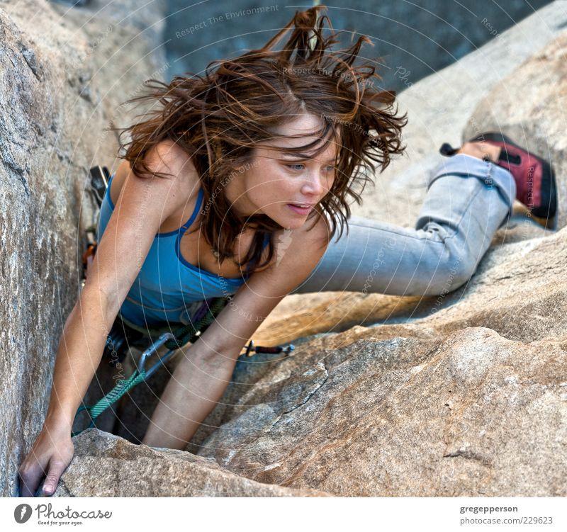 Weibliche Klettererin. Abenteuer Sport Klettern Bergsteigen Erfolg Seil Junge Frau Jugendliche 1 Mensch 18-30 Jahre Erwachsene sportlich hoch Tapferkeit