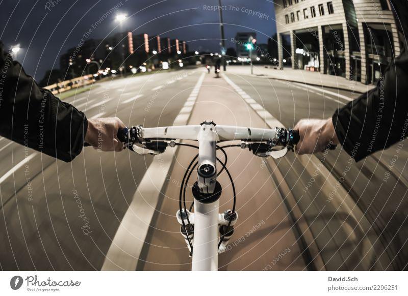 Radfahrer-Egoperspektive Freizeit & Hobby Sport Fahrradfahren maskulin Arme Hand 1 Mensch Verkehr Verkehrsmittel Personenverkehr Straße Straßenkreuzung Ampel