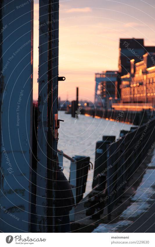 Hafenromantik Wasser Stadt Winter Ferne Freiheit gehen Hamburg Fluss Hafen Geländer Schönes Wetter genießen Flussufer Sehenswürdigkeit Elbe Hafenstadt