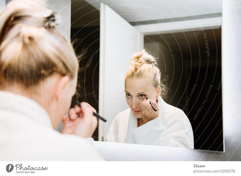 Frau beim Schminken Lifestyle Reichtum elegant schön Körperpflege Wimperntusche Junge Frau Jugendliche 30-45 Jahre Erwachsene Mode blond Zopf feminin