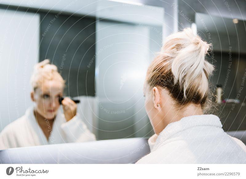 Frau trägt MakeUP auf Lifestyle Reichtum elegant Stil schön Körperpflege Gesicht Schminke Junge Frau Jugendliche 30-45 Jahre Erwachsene Bad Bademantel blond