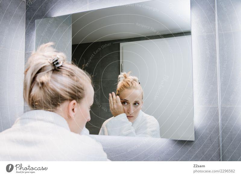 Frau beim schminken Lifestyle Reichtum elegant Stil schön Schminke Wimperntusche Junge Frau Jugendliche 18-30 Jahre Erwachsene Bademantel blond langhaarig