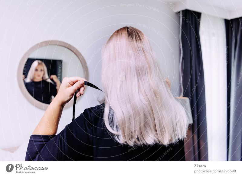 Frau macht sich schick Lifestyle Reichtum elegant Stil feminin Junge Frau Jugendliche 30-45 Jahre Erwachsene Schlafzimmer Spiegel Spiegelbild Mode Kleid