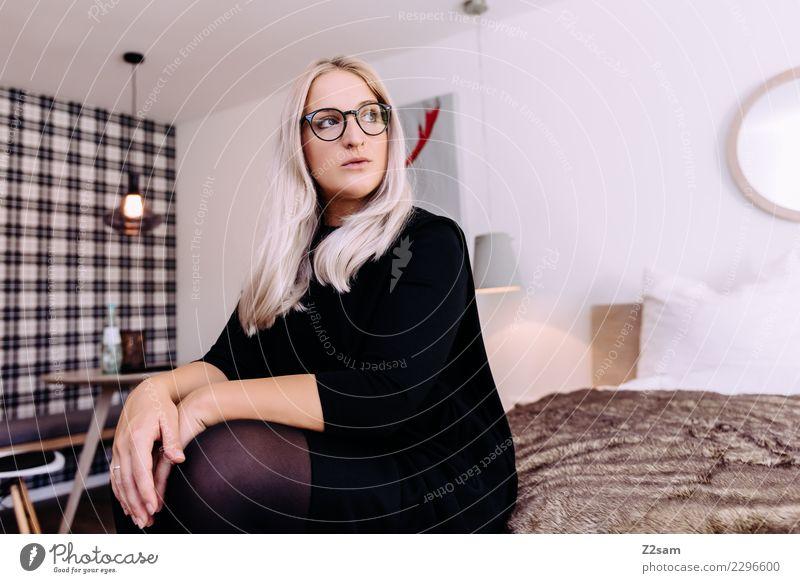 2296600# Lifestyle Reichtum elegant Stil feminin Junge Frau Jugendliche 18-30 Jahre Erwachsene Schlafzimmer Bett Mode Kleid Brille blond langhaarig Denken Blick