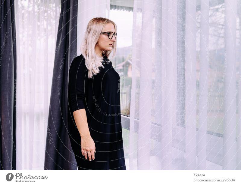 Frau in Abendkleid Lifestyle elegant Stil Junge Frau Jugendliche 30-45 Jahre Erwachsene Mode blond langhaarig beobachten Denken stehen trendy schön feminin rosa
