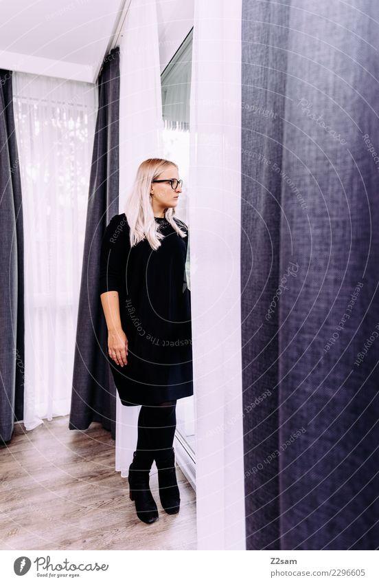 Frau im Abendkleid Lifestyle Reichtum elegant Stil feminin Junge Frau Jugendliche 30-45 Jahre Erwachsene Stiefel blond langhaarig beobachten stehen Coolness