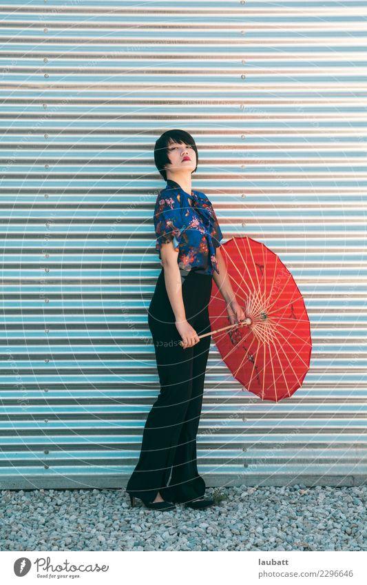Rotes Regenschirmmädchen Lifestyle Stil Design exotisch Freude Glück schön Kosmetik Parfum Creme Schminke Junge Frau Jugendliche 18-30 Jahre Erwachsene