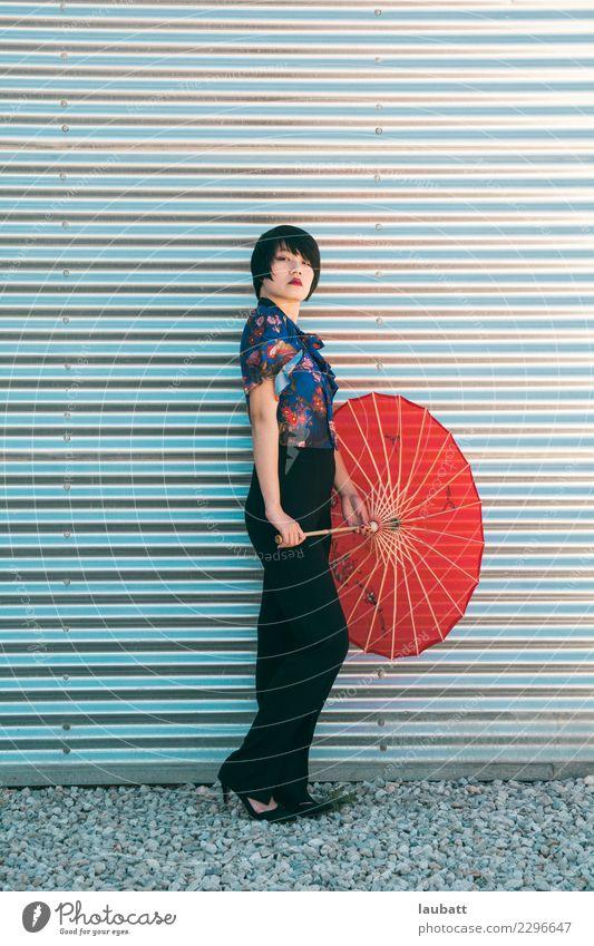 Jugendliche Junge Frau Freude Lifestyle Stil Business Design modern elegant Kraft Erfolg Energie Papier entdecken Kontakt Hose