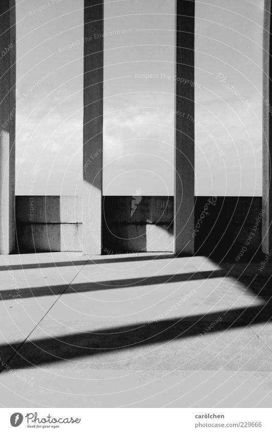 linien weiß schwarz Wand grau Mauer elegant Beton einfach Säule parallel Schatten gerade Schattenspiel Strukturen & Formen