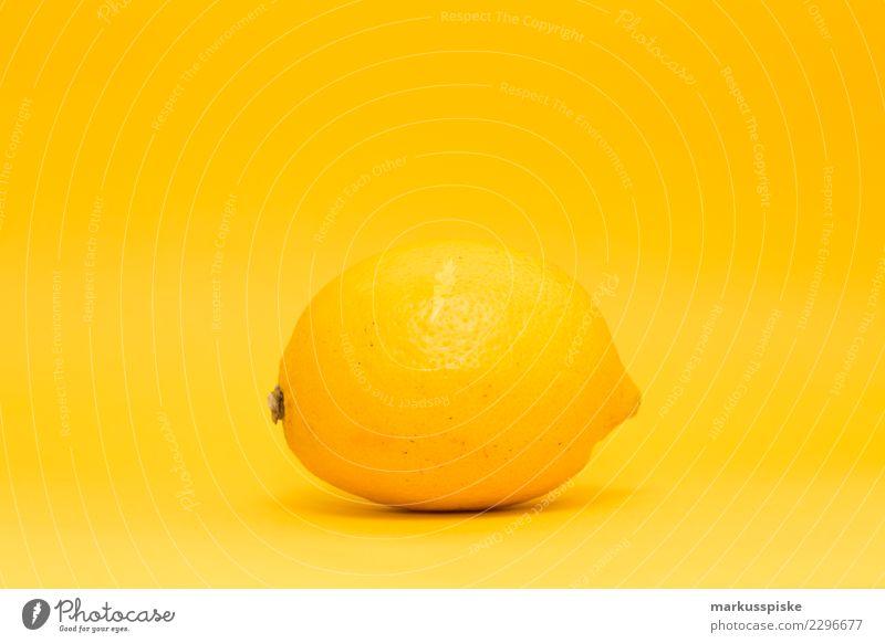 Zitrone auf gelb Lebensmittel Frucht zitronengelb Zitronenschale Ernährung Essen Picknick Bioprodukte Vegetarische Ernährung Diät Fasten Slowfood Fingerfood