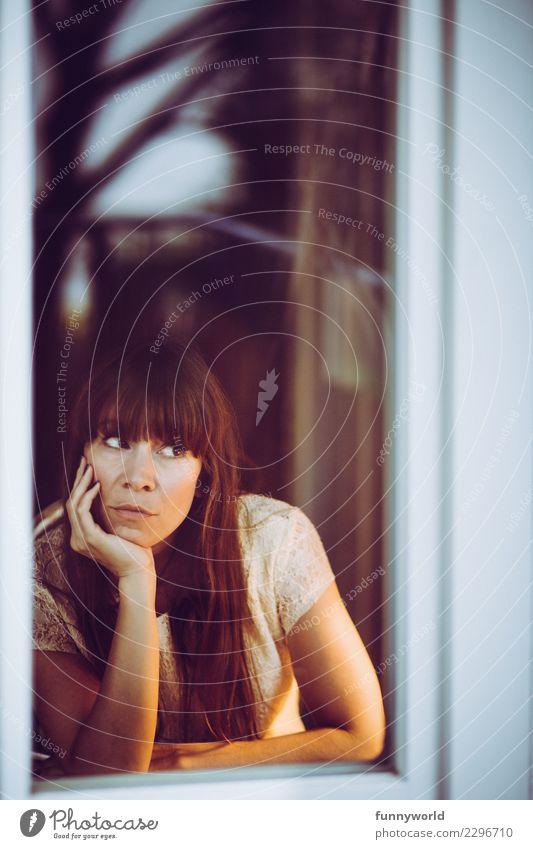 Die Fensterguckerin Frau Mensch Einsamkeit Erwachsene Traurigkeit Gefühle feminin Denken träumen Zukunft warten beobachten berühren Neugier Sehnsucht Fernweh