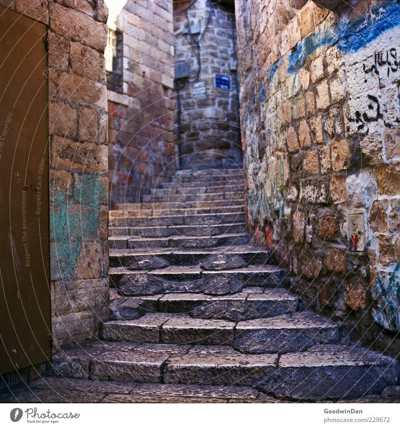 dort steht es geschrieben Altstadt Menschenleer Architektur Mauer Wand Treppe Fassade alt außergewöhnlich authentisch eckig einfach groß schön trist viele