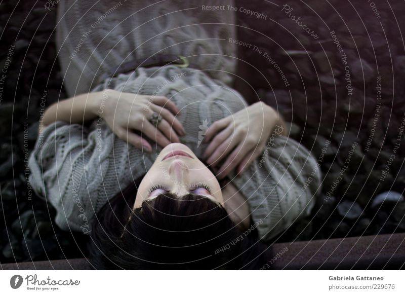 we won't have a thing Mensch Jugendliche Hand schön ruhig Auge feminin Kopf liegen schlafen violett Gleise Frau atmen Junge Frau Pony