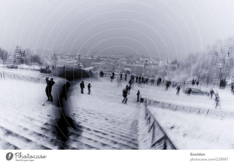 Edgar in Paris eine Treppe hinabsteigend Mensch Winter Schnee Regen Wind laufen Treppe Tourismus viele Regenschirm Paris Zaun Sightseeing abwärts schlechtes Wetter Strukturen & Formen