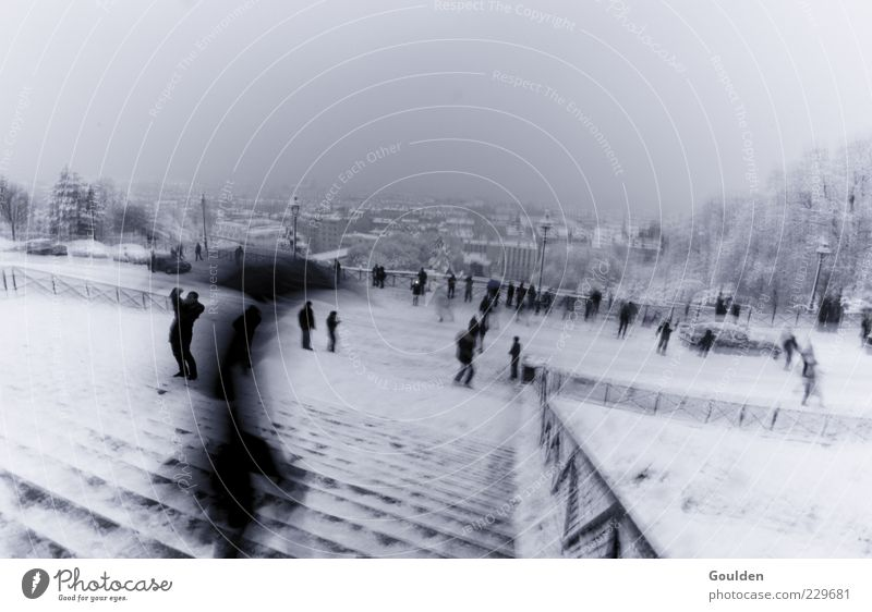 Edgar in Paris eine Treppe hinabsteigend Tourismus Sightseeing Städtereise Winter ausgehen Mensch schlechtes Wetter Wind Regen Schnee Regenschirm laufen