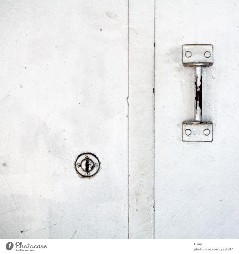 Dings mit Bums alt weiß ruhig Metall hell Tür elegant geschlossen Ordnung ästhetisch Sicherheit Metallwaren Schutz geheimnisvoll Wachsamkeit Schloss