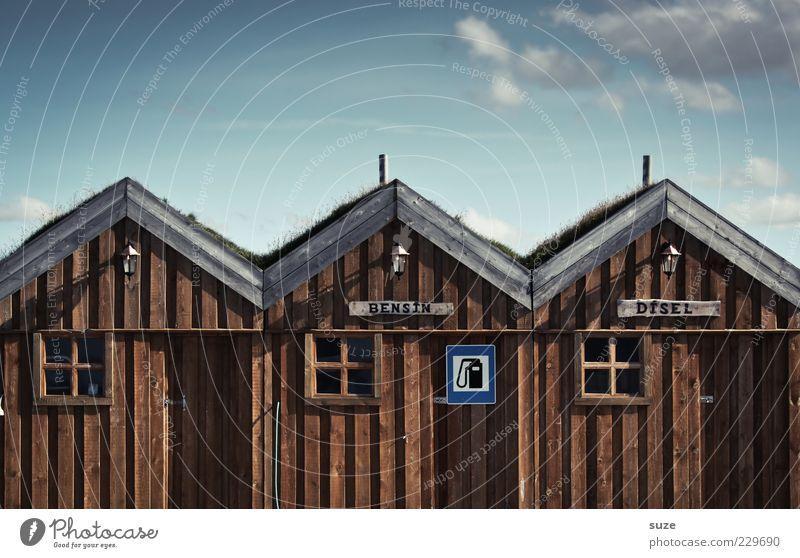 Na super Haus Umwelt Natur Himmel Wolken Hütte Fassade Fenster Holz Schilder & Markierungen lustig blau braun Island Holzhaus Tankstelle Benzin Diesel Spitzdach