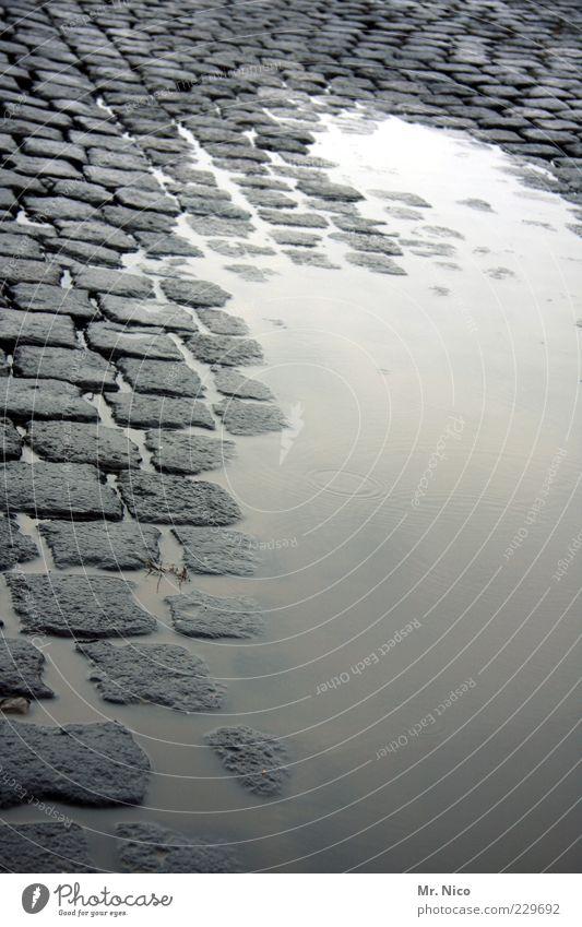 montag morgen Wasser Klima Klimawandel schlechtes Wetter Regen Gewitter Verkehrswege Straße Wege & Pfade nass Kopfsteinpflaster Pflastersteine kalt Pfütze